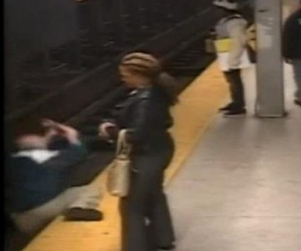 Witness jumps onto Philadelphia subway tracks to save fallen man