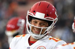 Mahomes leads Chiefs over Raiders with late score on SNF