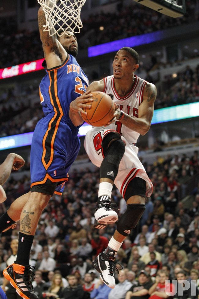 Bulls Rose drives on Knicks Chandler in Chicago