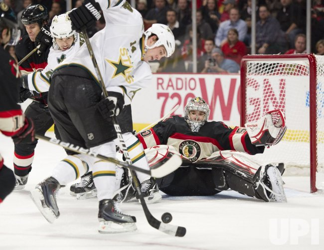 Stars Benn tries to score on Blackhawks Crawford in Chicago