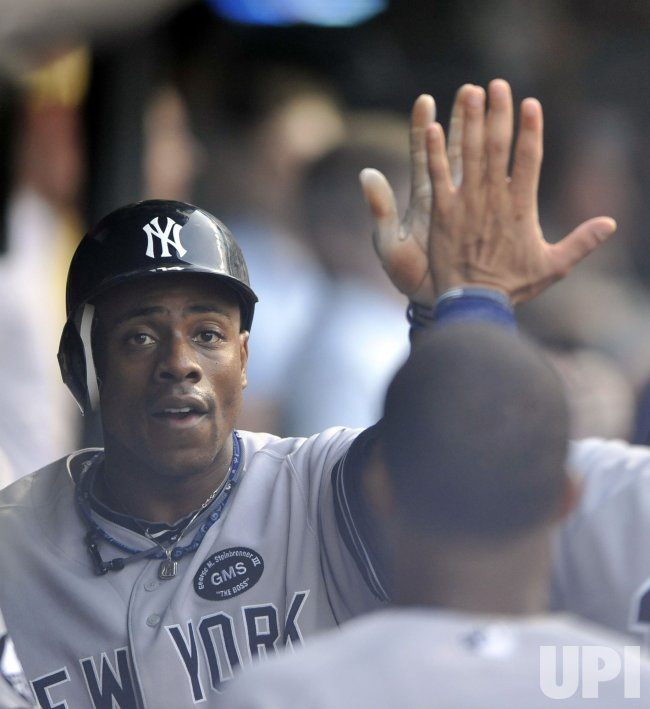Yankees Granderson Congratulated In Dugout