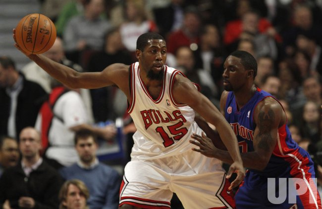 Bulls' Salmons drives on Pistons' Gordon in Chicago