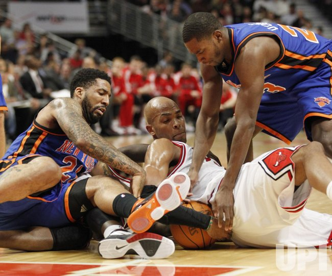 Knicks Chandler, Douglas and Bulls Gibson go for ball in Chicago
