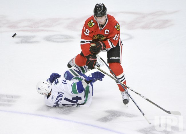 Blackhawks Toews Canucks Burrows collide in Chicago