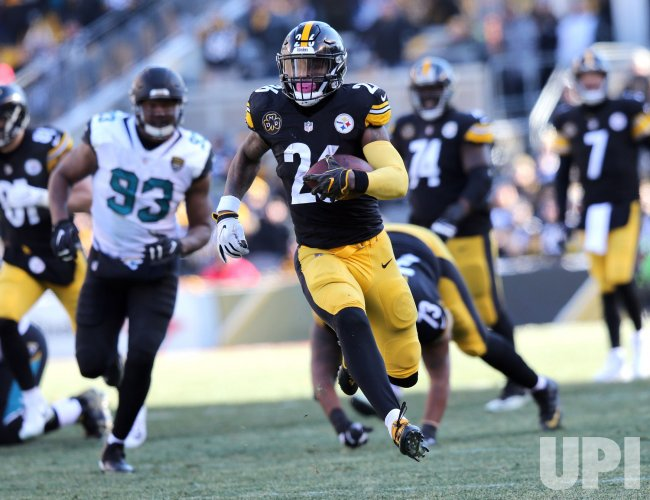 Pittsburgh Steelers Le'Veon Bell runs for first down against Jaguars