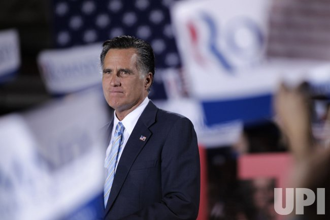Crowd cheers for Mitt Romney in Manchester, New Hampshire