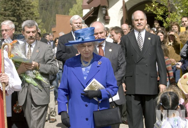 QUEEN ELIZABETH GOES TO CHURCH