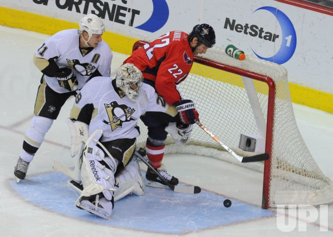 Capitals Knuble scores against Penguins in Washington