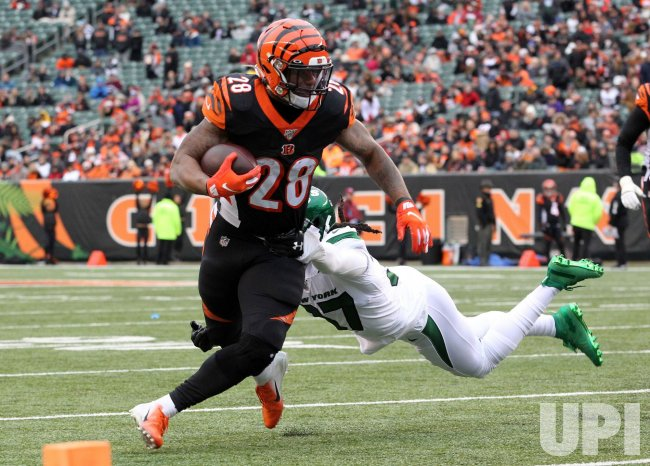 Bengals Joe Mixon fights to break free from Jets Maurice Canada