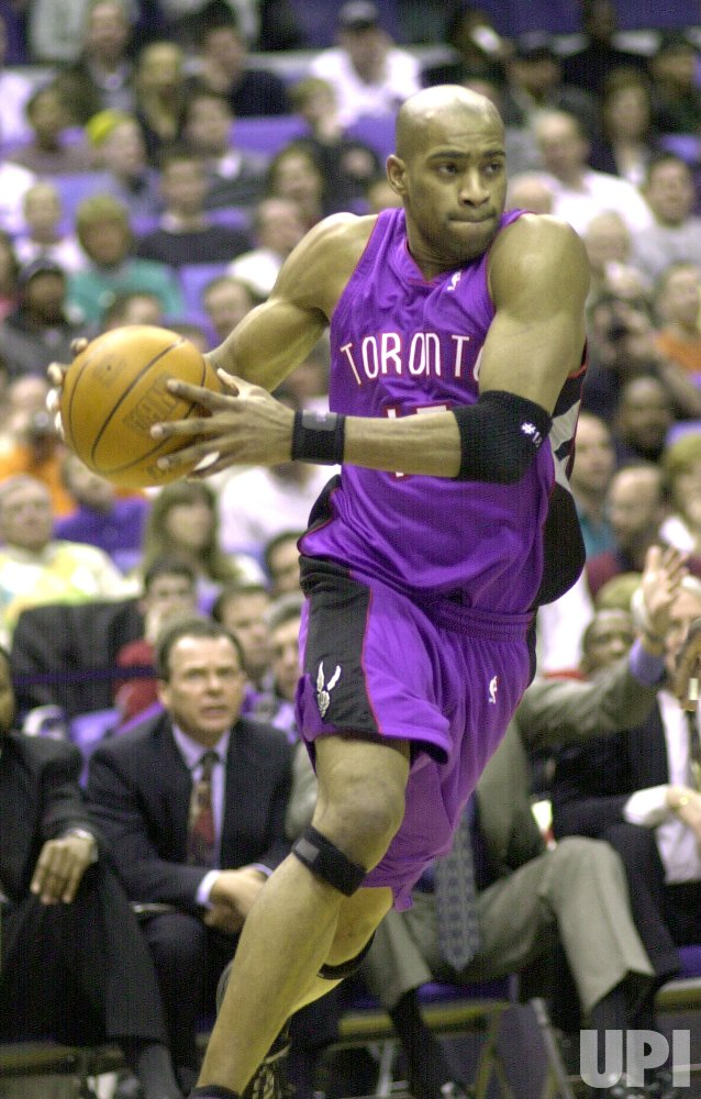 TORONTO'S VINCE CARTER DRIVES TO BASKET