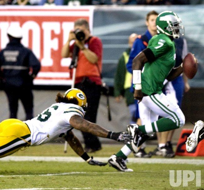 Philadelphia Eagles Michael Vick scrambles for 32 yards in Philadelphia