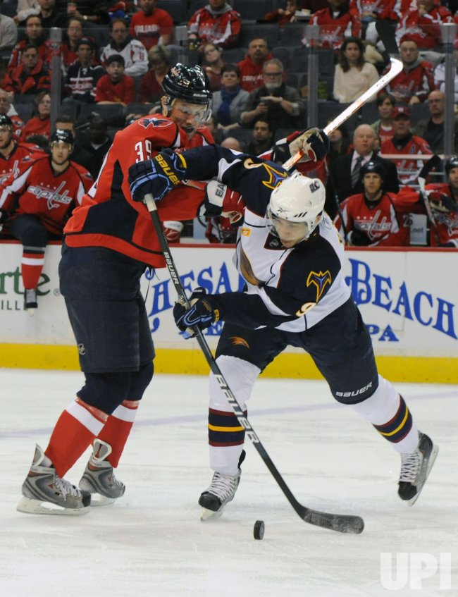 Capitals Steckel and Thrashers Kane go after puck in Washington.