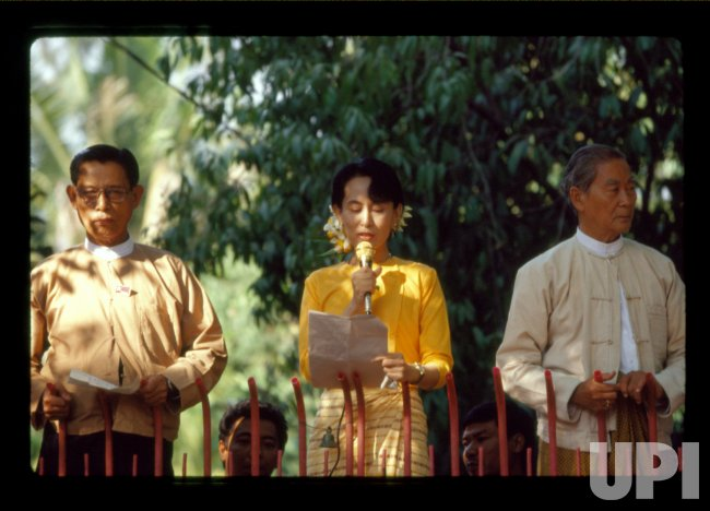 Burmese (Myanmar) oppositon leader Daw Aung San Suu Kyi speaks to crowd