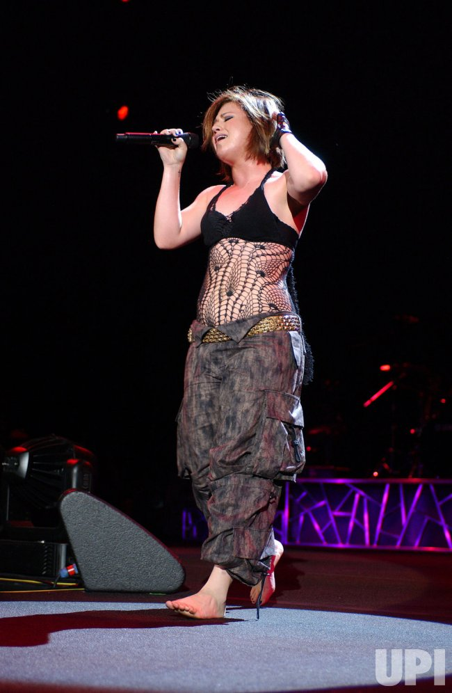 KELLY CLARKSON PERFORMS IN CONCERT