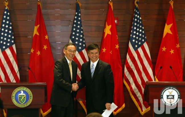U.S. Secretaries Chu and Locke hold press conference in Beijing