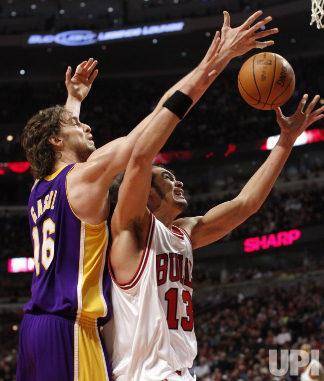 Lakers' Gasol and Bulls' Noah go for a rebound in Chicago
