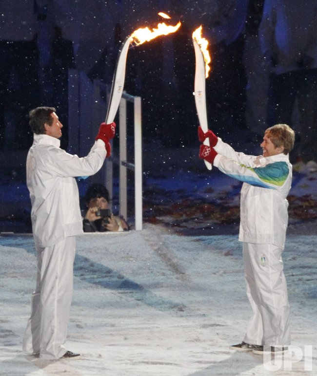 Gretzky and Greene carry torch at the 2010 Winter Olympics opening ceremony in Vancouver, Canada