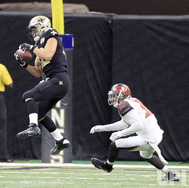Saints Coby Fleener grabs a 22 yard pass from Drew Brees against the Bucs