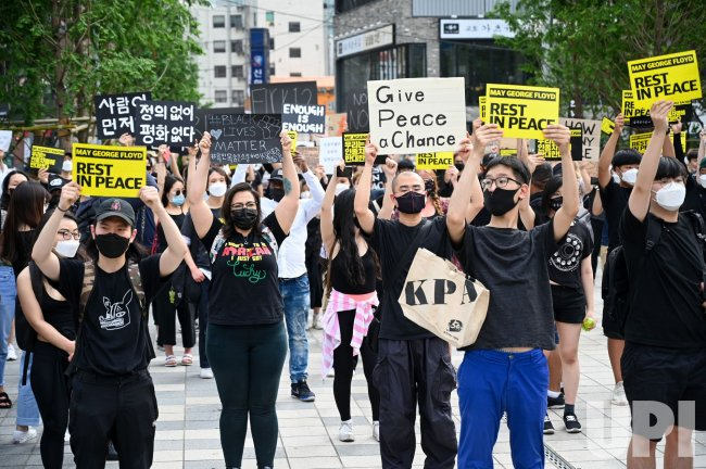 Demonstrators Hold Up Signs At a Rally in Seoul Over the Death of ...