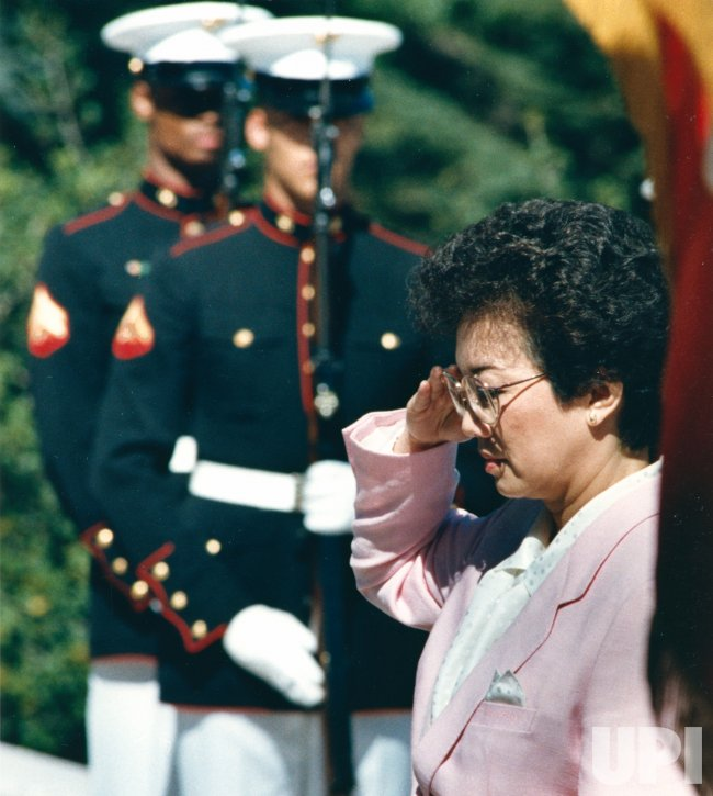Philippine President Corazon Aquino salutes Tomb of the Unknowns at Arlington Cemetery