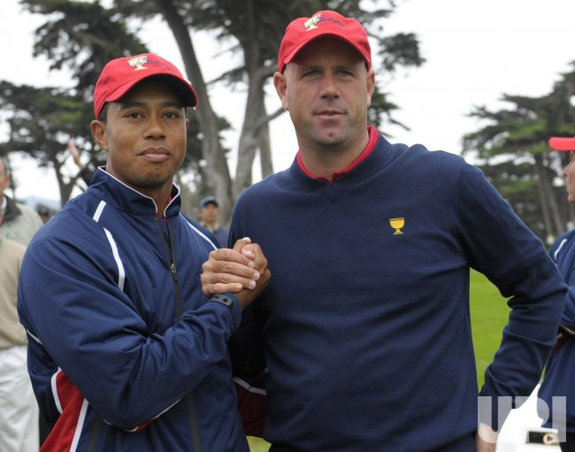 Stewart Cink stands with Tiger Woods as the U.S. team wins the 2009 Presidents Cup in San Francisco