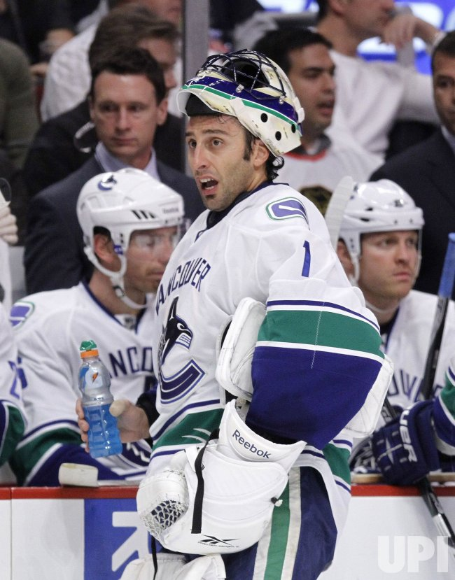 Canucks Luongo takes break against Blackhawks in Chicago