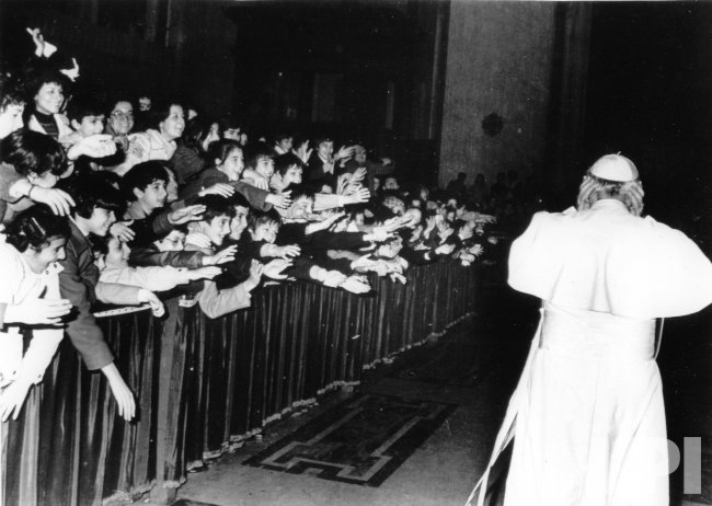 POPE JOHN PAUL II ENTERING ST. PETER'S BASILICA