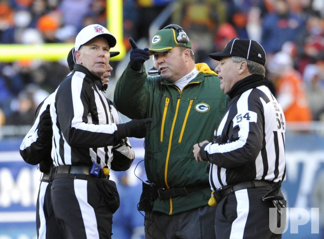Packers coach McCarthy talks to officials against Bears in Chicago