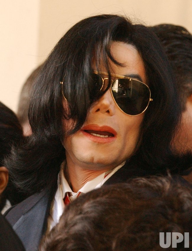 MICHAEL JACKSON DEPARTS SANTA MARIA COURTHOUSE FOLLOWING ARRIAGNMENT