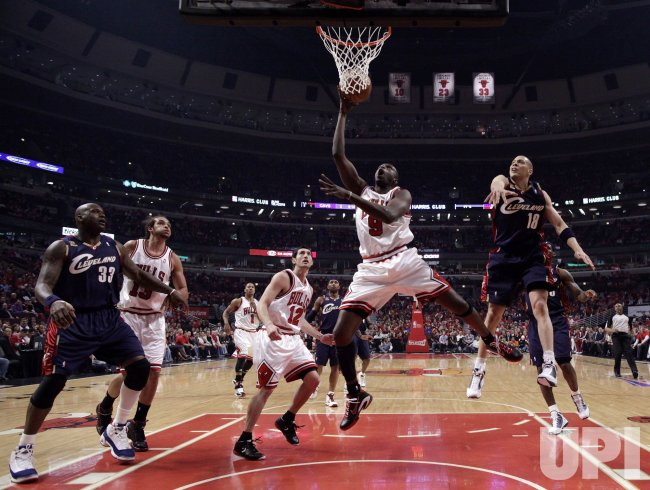 Bulls Deng shoots against Cavaliers in Chicago