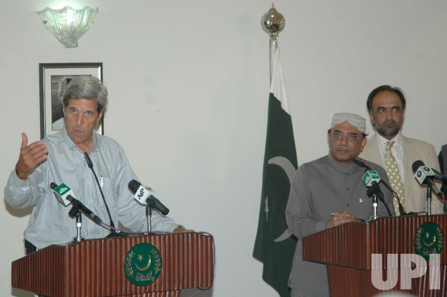 Sen. Kerry visits flood affected areas of Pakistan