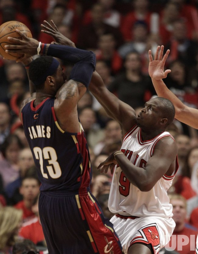 Bulls Deng defends against Cavaliers James in Chicago