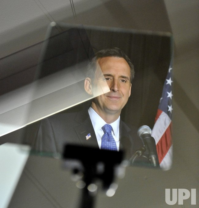 Pawlenty reflected in teleprompter in Chicago