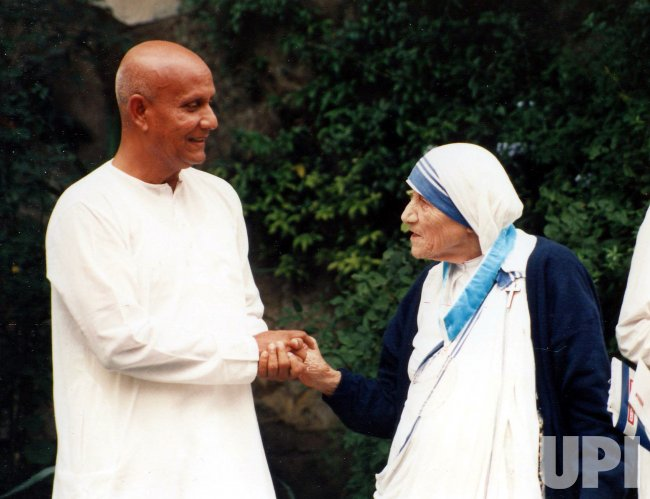 MOTHER TERESA MEETING WITH SRI CHINMOY