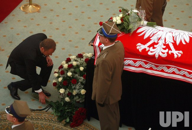 Polish President Lech Kaczynski and his wife lie in state in Warsaw