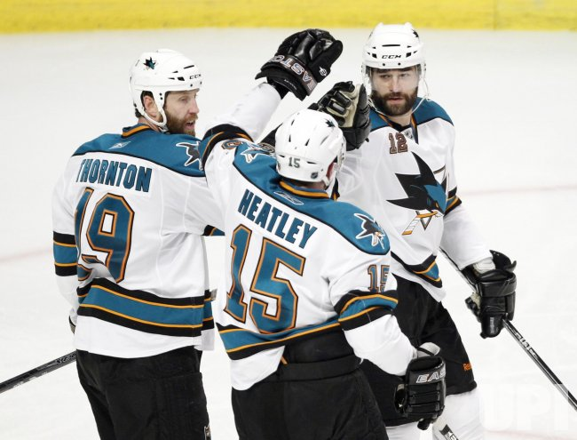 Sharks Thornton, Heatley and Marleau celebrate goal against Blackhawks in Chicago
