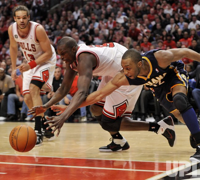 Bulls Deng, Pacers Davis go for loose ball in Chicago
