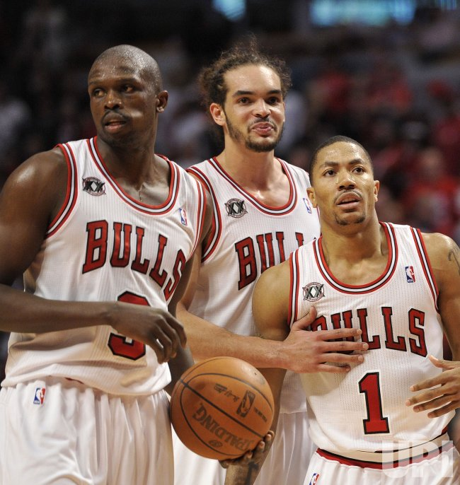 Bulls Deng, Noah Rose stand on court against Hawks in Chicago
