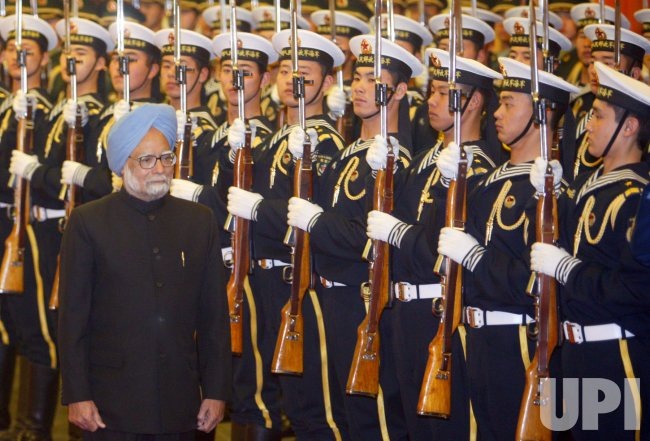 Indian PM Singh attends welcoming ceremony in Beijing