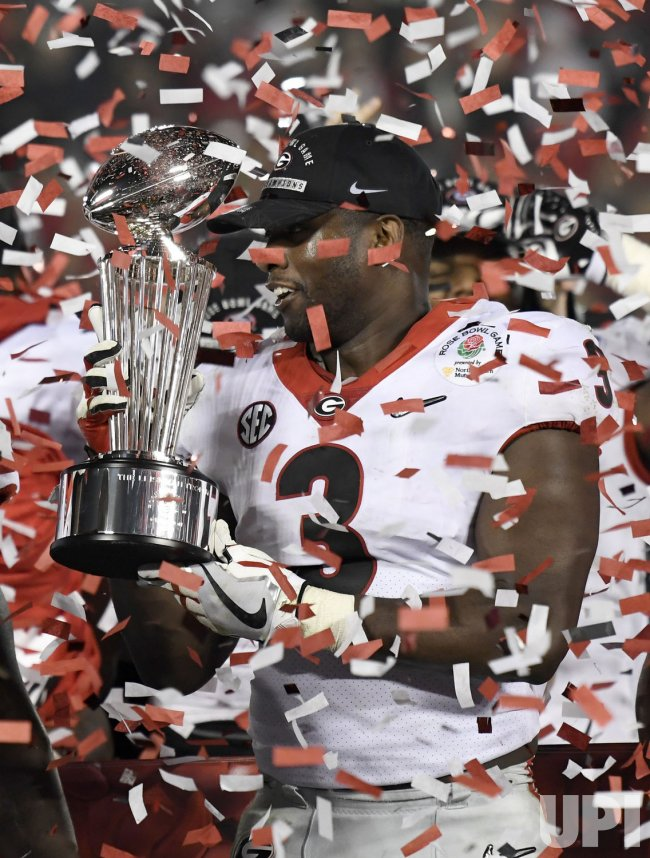 Oklahoma Sooners linebacker Roquan Smith holds the Leisham Trophy