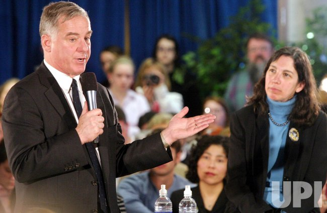 GOV. HOWARD DEAN CAMPAINS BEFORE NEW HAMPSHIRE PRIMARIES