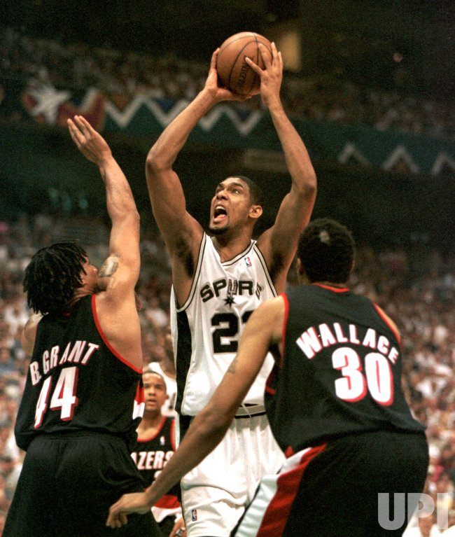 San Antonio Spurs Tim Duncan (21) takes a shot
