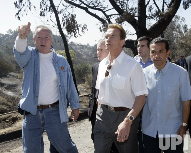 SCHWARZENEGGER AT FIRE SCENE IN CALIFORNIA