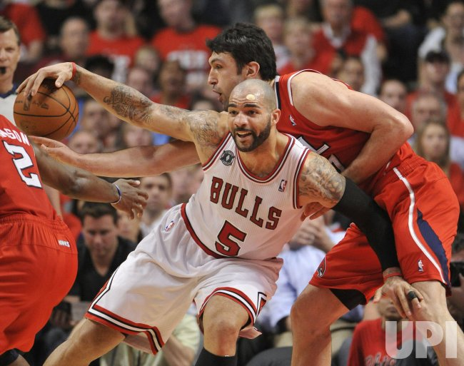 Hawks Pachulia reaches in on Bulls Boozer in Chicago
