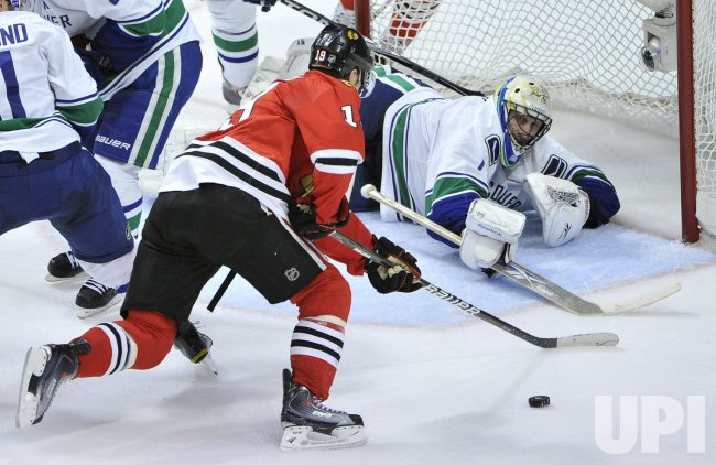 Blackhawks Toews tries to score on Canucks Luongo in Chicago
