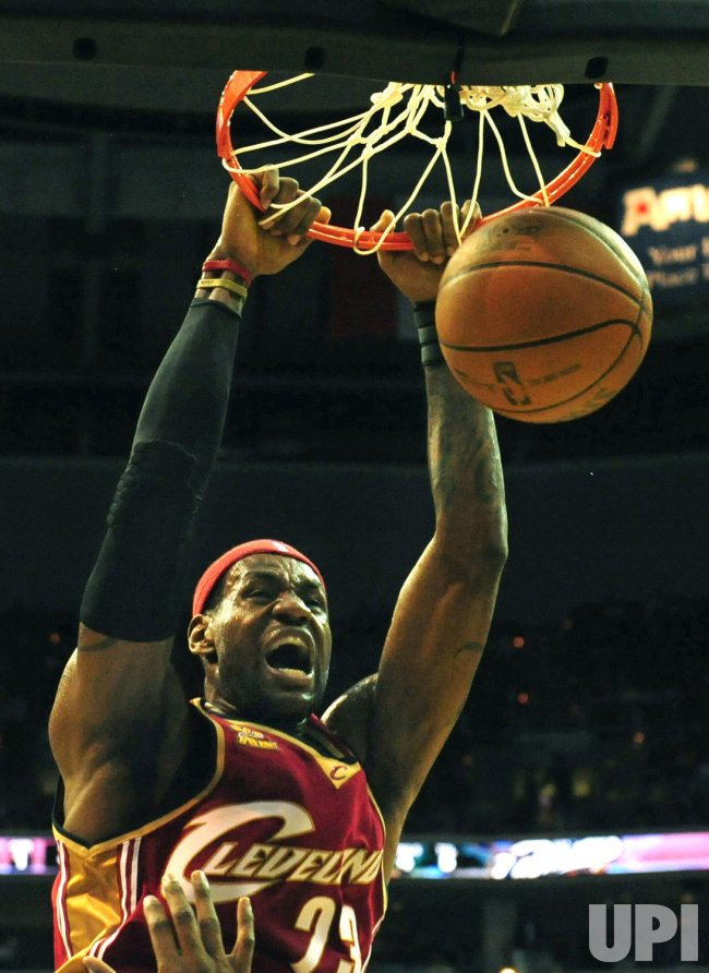 Cavaliers' LeBron James dunks the ball in Washington