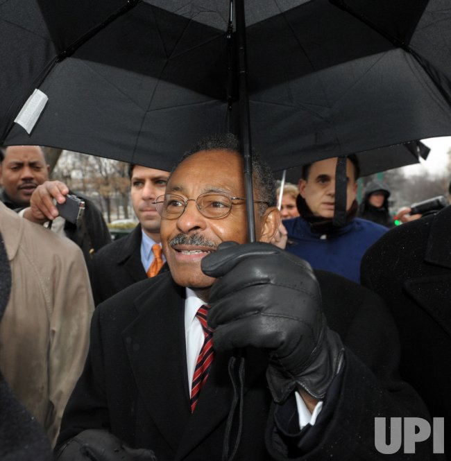 Illinois Senate appointee Burris arrives on Capitol Hill