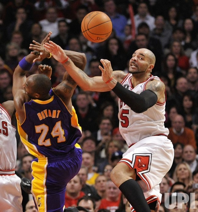 Bulls Boozer fouls Lakers Bryant in Chicago