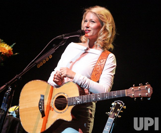 Jewel performs in concert in Miami Beach