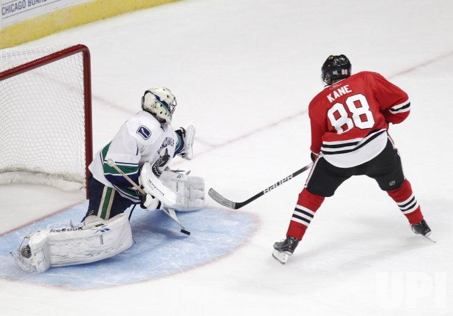 Blackhawks Kane scores against Canucks in Chicago